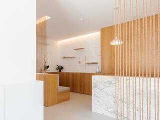 Qiarq . arquitectura+design Clínicas de estilo minimalista Mármol Blanco