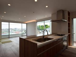 眺望を手に入れること 見晴らしの良いリビングバルコニーのある家 HOUSE-KI: ㈱本井建築研究所一級建築士事務所が手掛けたシステムキッチンです。,