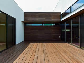 外部空間を感じる豊かさ 4つのバルコニーのある住まい HOUSE-AZ: ㈱本井建築研究所一級建築士事務所が手掛けたベランダです。,