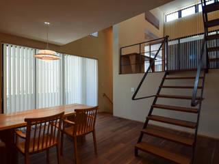 光や風と住まう 中庭とルーフバルコニーのある二世帯住宅 HOUSE-KZ: ㈱本井建築研究所一級建築士事務所が手掛けたダイニングです。,