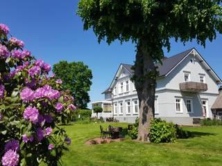 Classic style garden by CENTURY 21 Deutschland Classic