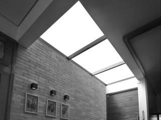 Corredores e halls de entrada  por Lozí - Projeto e Obra,