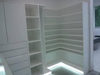 Closets de estilo minimalista de PUERTAS Y ACABADOS Minimalista