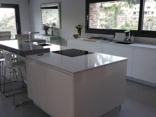 by Decodan - Estudio de cocinas y armarios en Estepona y Marbella Modern