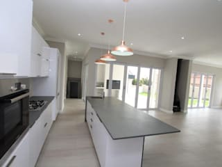 American Colonial House in Rietvlei, Centurion, Pretoria:  Built-in kitchens by Building Project X (Pty) Ltd., Modern