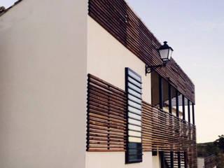 Centro de Interpretación en Valle de Alto Mira: Salones de estilo  de Arte y Vida Arquitectura, Rústico