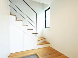 子世帯への玄関 モダンスタイルの 玄関&廊下&階段 の TERAJIMA ARCHITECTS モダン
