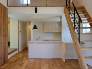 建築家 田辺真明先生の作品「余白を楽しむ家」: アールプラスハウス 津(株式会社高正工務店)が手掛けたキッチンです。,
