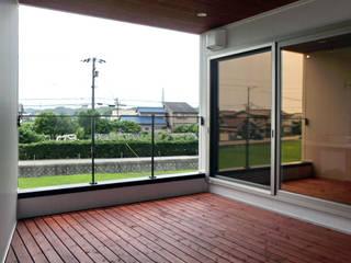 建築家 梶原清悟先生の作品「切り拓く家」: アールプラスハウス 津(株式会社高正工務店)が手掛けたベランダです。,