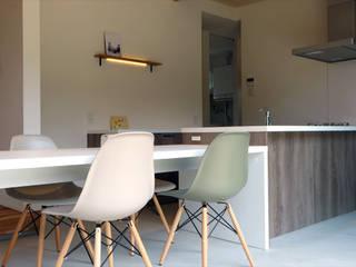 建築家 内山里江先生の作品「耳を澄ます家」: アールプラスハウス 津(株式会社高正工務店)が手掛けたダイニングです。,