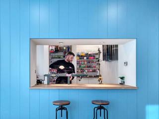 Diseño de una tienda de caza rompiendo cánones Espacios comerciales de estilo mediterráneo de CARMITA DESIGN diseño de interiores en Madrid Mediterráneo