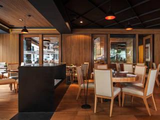 Gastronomie von Onno Arquitectos, Kolonial Holz Holznachbildung