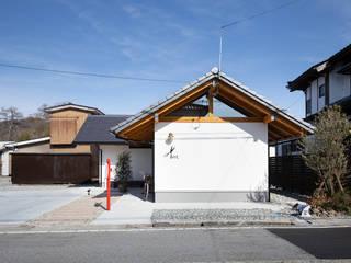 朝日町の美容院: 伊田直樹建築設計事務所が手掛けた家です。,