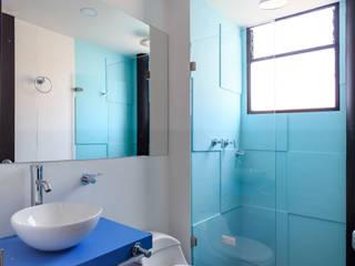 Baños de estilo moderno de Camacho Estudio de Arquitectura Moderno