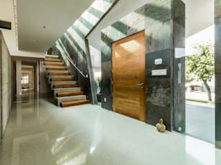 GRUPO VOLTA Modern corridor, hallway & stairs Marble Multicolored