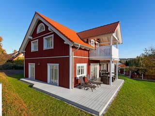 """Ökohaus """"Vättern"""" - das Holzhaus im skandinavischen Stil:  Balkon von Skan-Hus Projekt GmbH"""