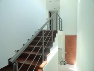 ESTUDIO HERRERIA: Escaleras de estilo  por AVANZA ARQUITECTOS
