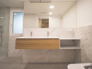 Reforma Interior Vivienda Tortosa: Baños de estilo  de mesquearquitectura