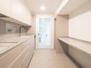 Reforma Interior Vivienda Tortosa: Cocinas pequeñas de estilo  de mesquearquitectura