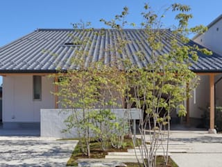 坪庭のある招き屋根の家 の 永井政光建築設計事務所 和風