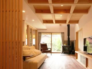 坪庭のある招き屋根の家 和風デザインの リビング の 永井政光建築設計事務所 和風