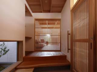 坪庭のある招き屋根の家 和風の 玄関&廊下&階段 の 永井政光建築設計事務所 和風