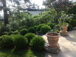 Parco privato a Grumello : Casetta da giardino in stile  di arch. Angela Mosciarelli