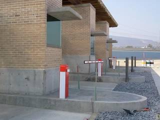 Parque Logistico Puerta del Norte Puertas modernas de FSC Moderno