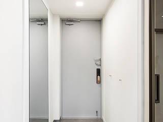 Scandinavian corridor, hallway & stairs by 영훈디자인 Scandinavian