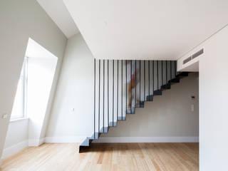 DOURADORES 160: Escadas  por Contacto Atlântico - Arquitectura,