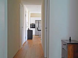 MONOCROMO_ La ristrutturazione di una casa a misura di bambino Ingresso, Corridoio & Scale in stile moderno di Giulia Grillo Architetto Moderno