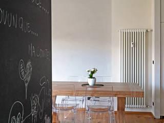 MONOCROMO_ La ristrutturazione di una casa a misura di bambino Sala da pranzo moderna di Giulia Grillo Architetto Moderno