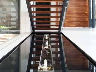 Couloir, entrée, escaliers minimalistes par AQUAENTORNOS Minimaliste