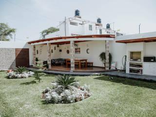Case moderne di Estudio de Arquitectos Zulueta y Álvarez SAC Moderno