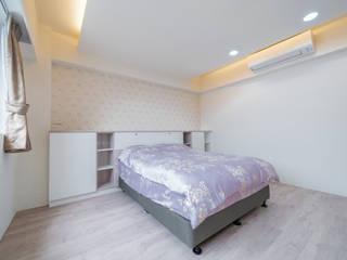 另一間臥室的床頭櫃做成一面置物牆可以擺放一些隨身小物:  臥室 by 藏私系統傢俱