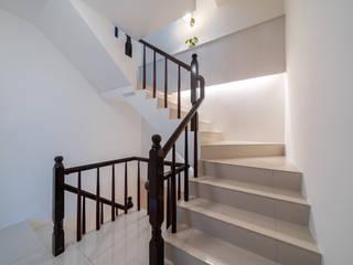 在樓梯之間設置收納層板以及貼心照地燈守護家人:  樓梯 by 藏私系統傢俱
