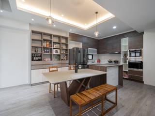 方正的廚房設有中島,與餐廳連結:  系統廚具 by 藏私系統傢俱