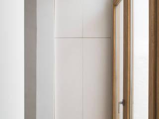 Reforma integral de vivienda unifamiliar en Argentona, Sant Ferran.: Pasillos y vestíbulos de estilo  de Divers Arquitectura, especialistas en Passivhaus en Sabadell