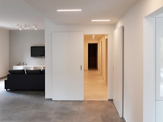 Minimalist corridor, hallway & stairs by Laboratorio Creativo Up Minimalist