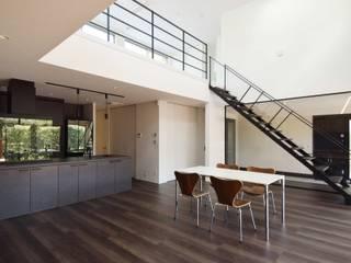 住まい方に変化をもたらす空間イメージ バルコニーと吹抜のある家: ㈱本井建築研究所一級建築士事務所が手掛けたリビングです。,