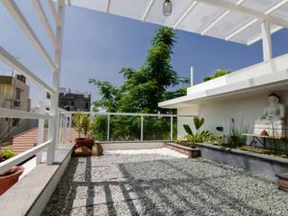 Balcony treated as garden by de square Modern