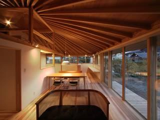 扇垂木の家 モダンデザインの リビング の 長谷守保 建築計画 モダン