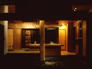 Salones de estilo  de (株)独楽蔵 KOMAGURA, Ecléctico