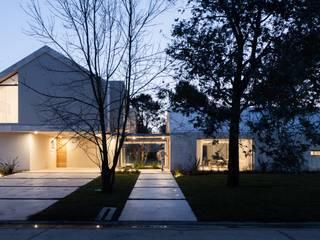 Casa CM:  de estilo  por Además Arquitectura