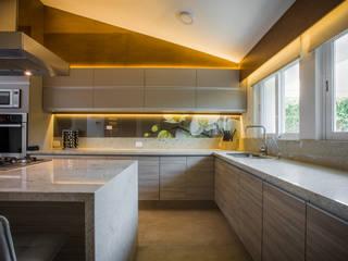 Residencia Fuentes: Muebles de cocinas de estilo  por Almadera,
