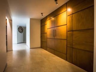Residencia Fuentes: Puertas de madera de estilo  por Almadera,