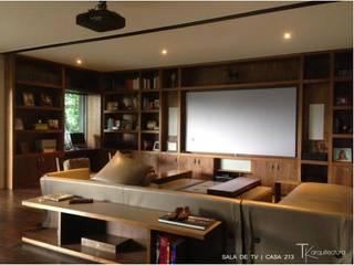 RESIDENCIAL | CASA UNIFAMILIAR 213 BOSQUES DE SANTA FE: Salas de estilo  por Tk arquitectura, Moderno