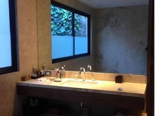 RESIDENCIAL | CASA UNIFAMILIAR 213 BOSQUES DE SANTA FE: Baños de estilo  por Tk arquitectura, Moderno