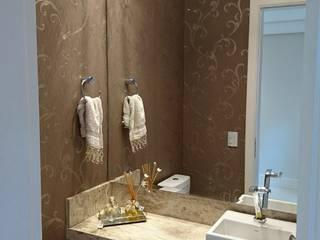 Lavabo em Marmore Travertino com papel de parede com arabesco lindo!: Banheiros  por Tiede Arquitetos,Moderno Prata/Ouro