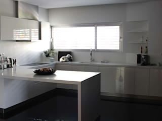 OBRA ATELIER - Arquitetura & Interiores Modern kitchen Plywood White